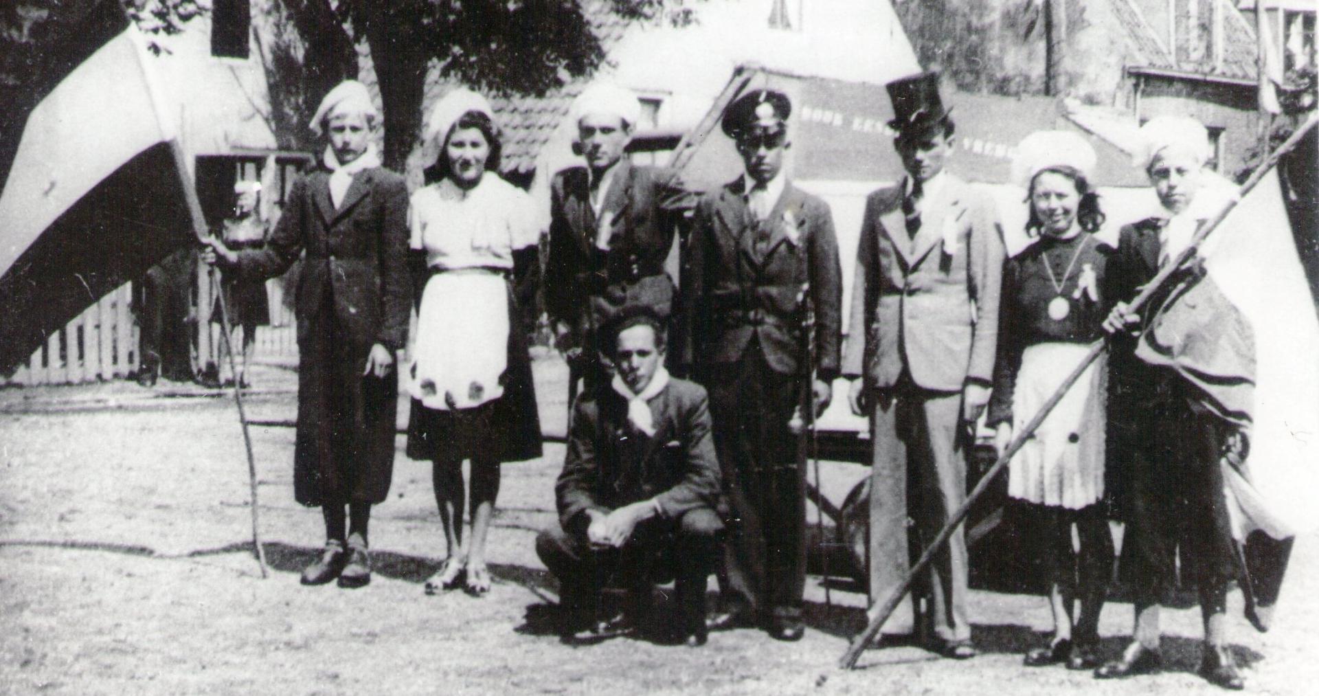 V.l.n.r. Alie de Reuver - ?? – Bart de Kruijff in midden staand speelde jarenlang de nazi Rommel. Overigen onbekend.