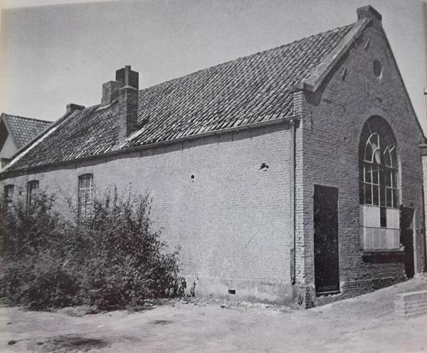 Dit was de in 1872 geopende Israëlitische school, ook was hier het Joodse Kleinseminarie voor godsdienstleraren. Een klein stukje muur is nog te zien aan de achterkant van het pand van bakker Plaizier.