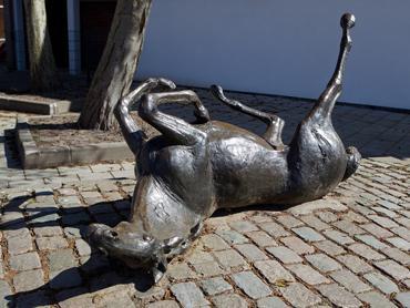 Kunstwerk Rollend paard en veulen