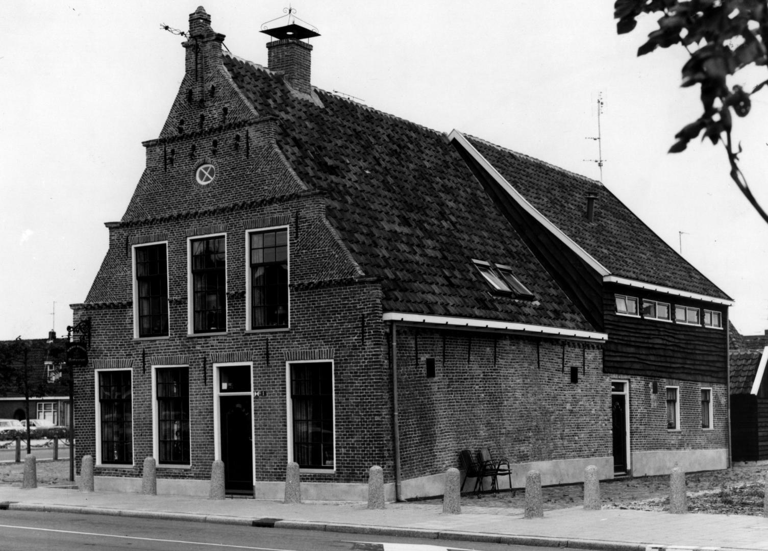 Het Huis met de Duivengaten op de hoek Alteveerstraat/Het Haagje, dus op het Kruis