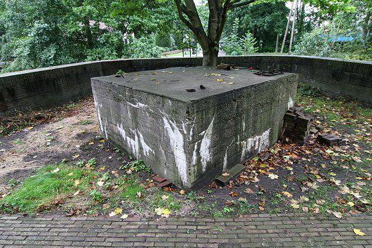 Het is onbekend of de zendmast nog onder het betonblok zit.
