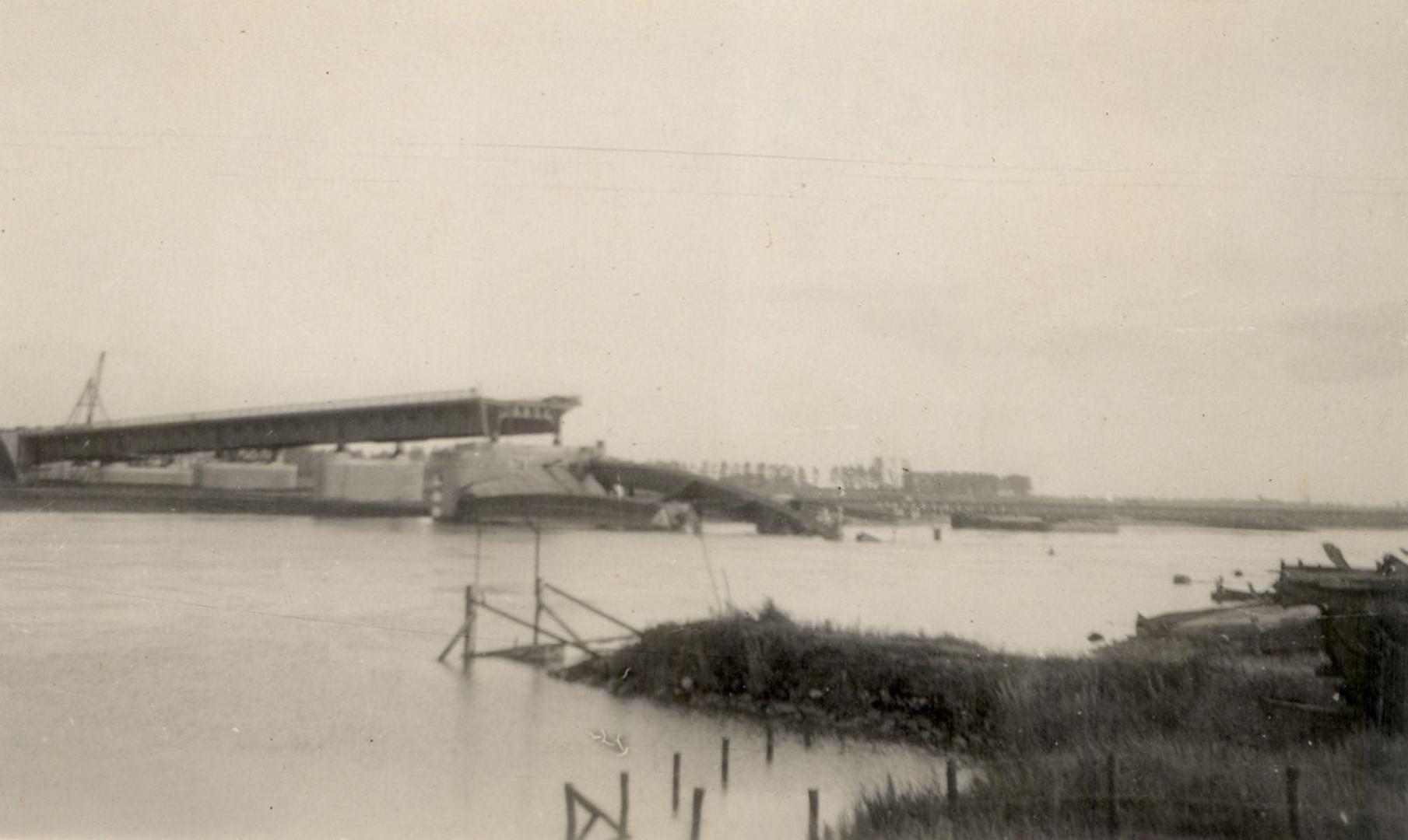 De brug, geopend in 1936, vernietigd door de geallieerden.