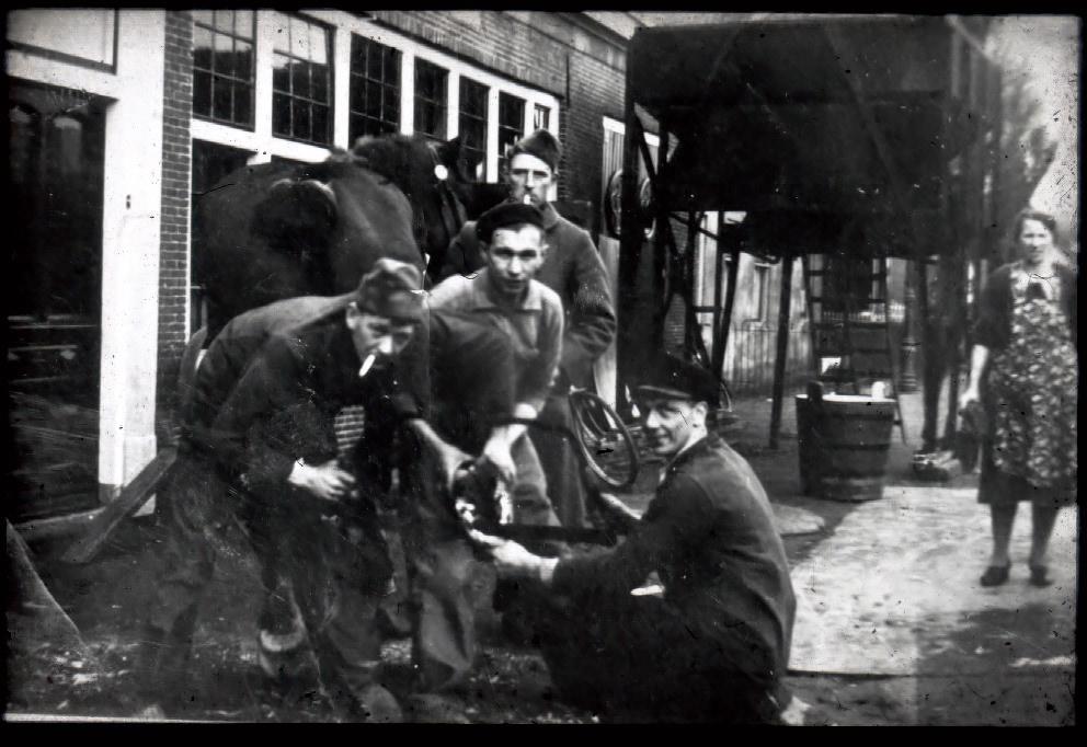 Militairen laten hun paard beslaan bij smederij Veldhuizen.