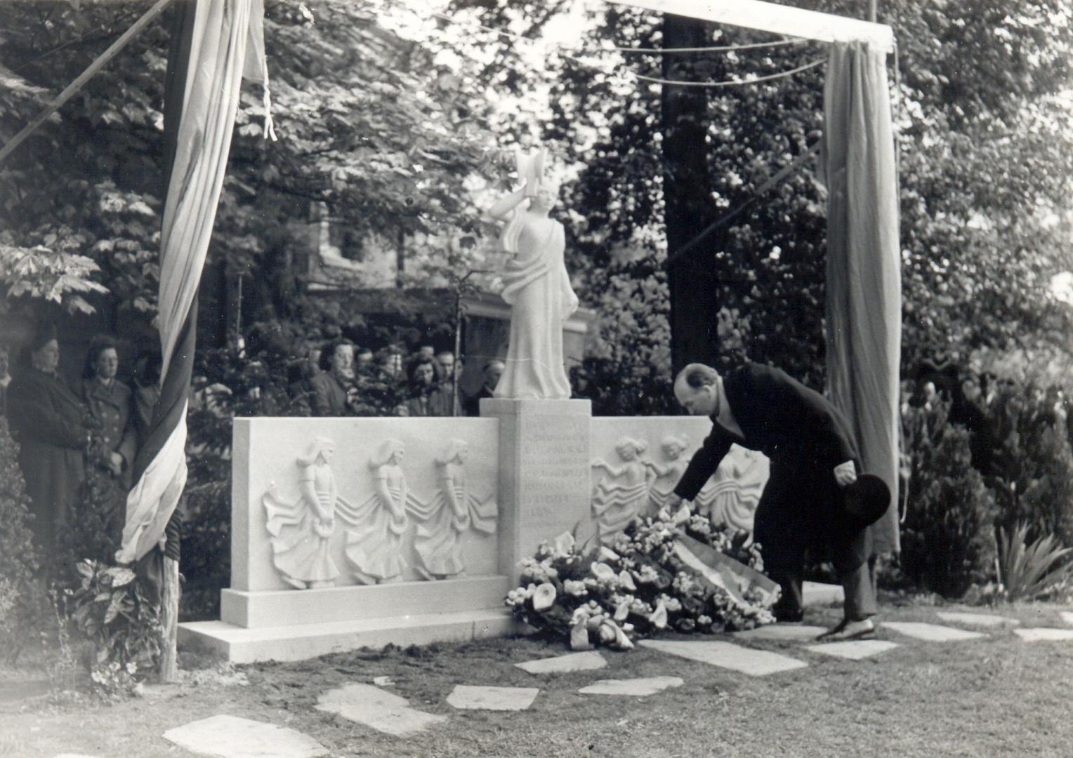 De onthulling van het monument anno 1949.