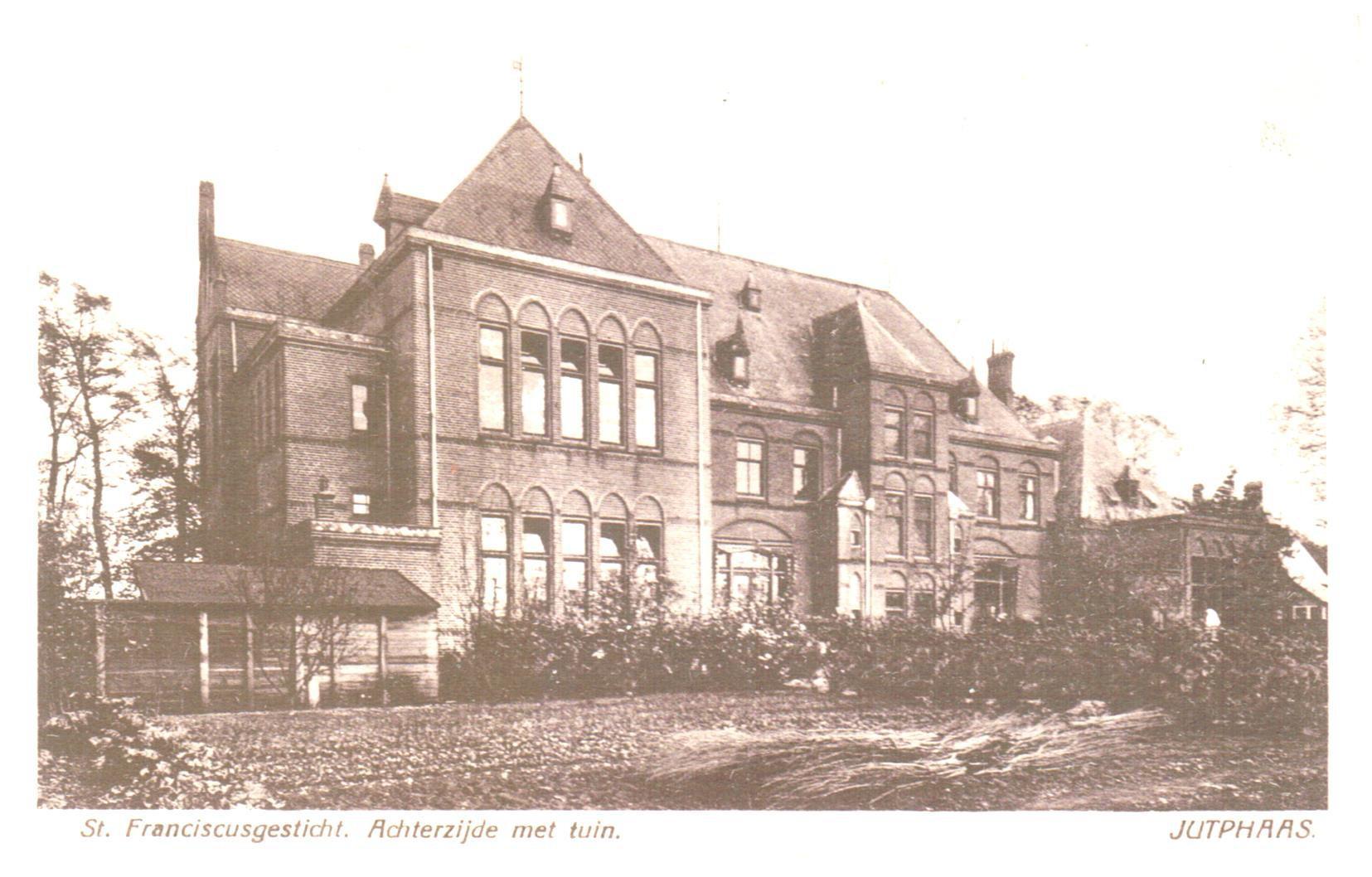 Het klooster met in het linkerdeel van het gebouw de meisjesschool en rechts de kleuterschool.