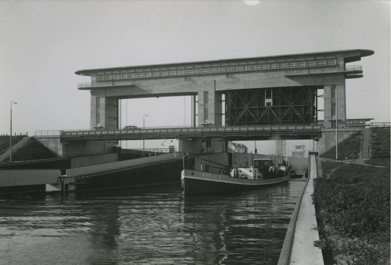 De Beatrixsluis vlak na de oorlog.