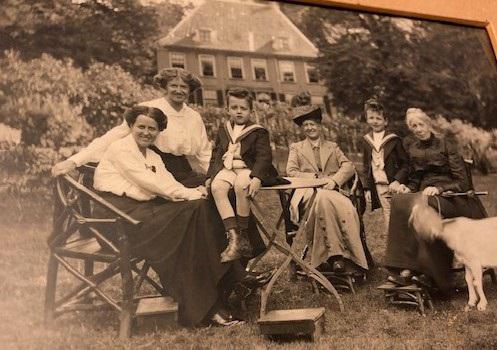 Mathilda Hardenbroek-De Geer anno 1892 (3de van rechts voor kasteel Rijnhuizen. Zij was de laatste vrouwe van Rijnhuizen. Tijdens WO2 werd de familie Van der Molen eigenaar.